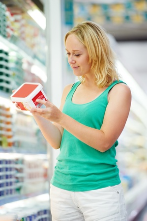 mujer y niño haciendo compras