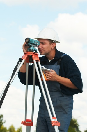teodolito: inspector de obras con teodolito Foto de archivo