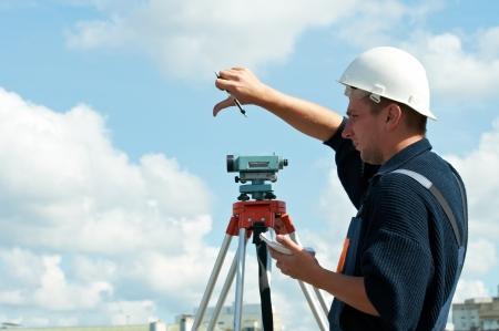 theodolite: Surveyor trabaja con teodolito