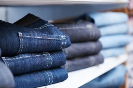 kledingwinkel: jeans kleding op het schap in de winkel Stockfoto
