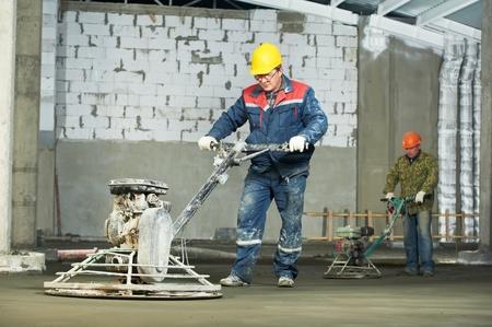 Worker Spachteln und Veredelung von Beton