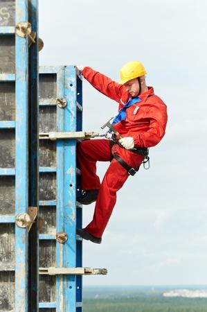 obrero: montador de trabajadores en el sitio de construcción