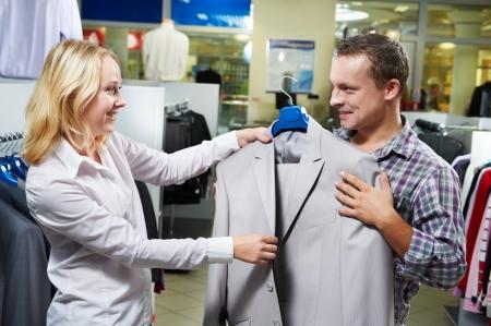 consommateurs: Jeune couple au magasinage de v�tements