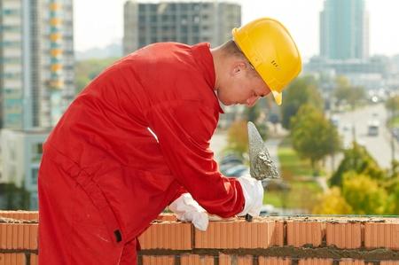 paredes de ladrillos: albañil trabajador de construcción mason