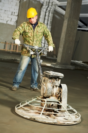floor machine: Trabajador trowelling y acabado de concreto
