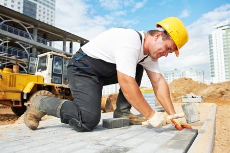 obreros trabajando: la construcci�n del pavimento acera obras Foto de archivo