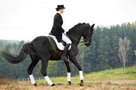 mujer en caballo: jinete jinete con el caballo en uniforme