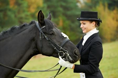the rider: fantino amazzone a cavallo in uniforme