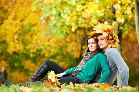Pareja en el otoño al aire libre