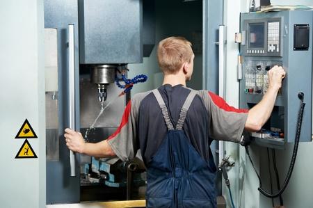 milling center: operaio presso un'officina di lavorazione dell'utensile