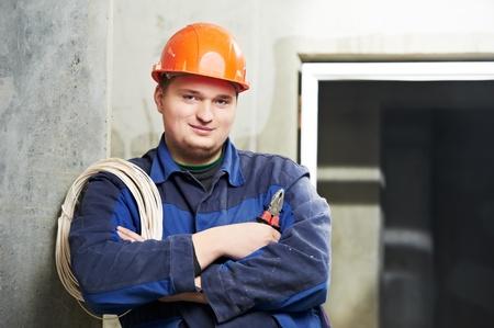solucion de problemas: Retrato de joven electricista en uniforme