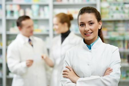 drugstore: Farmacia mujer químico en la farmacia Foto de archivo