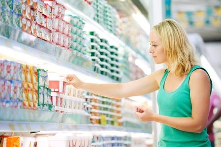 supermercado: mujer haciendo compras l�cteos Foto de archivo