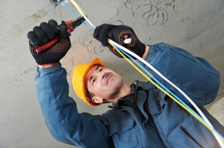 arbeiten: Elektriker bei Verkabelung