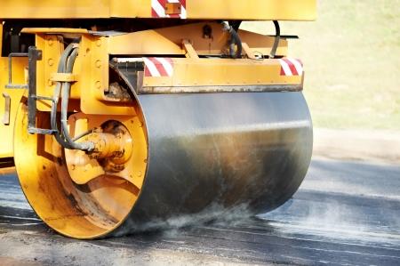 road paving: compactador de rodillo en el trabajo de asfaltado Foto de archivo