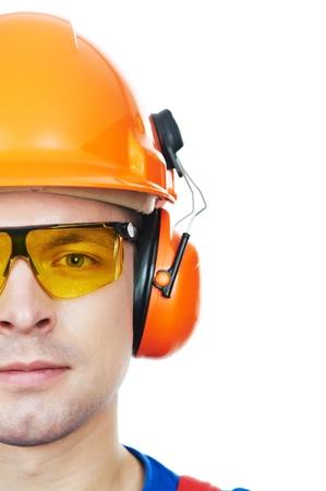Baumeister in Schutzhelm, Schutzbrille und Ohrenschützer