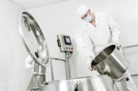 chemical plant: farmaceutische fabriek werknemer Stockfoto