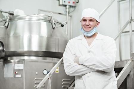 industria quimica: trabajador de la fábrica farmacéutica