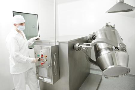 industria quimica: trabajador de una f�brica farmac�utica