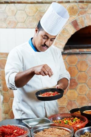 Árabes panadero cocinero haciendo pizza Foto de archivo - 11702059