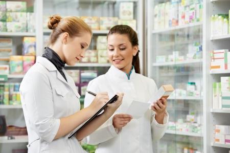 dos mujeres químico farmacéutico que trabajan en farmacia farmacia