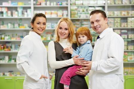 약국 약국에서 소녀 아이에게 비타민을주는 명랑 약사 화학자 여자