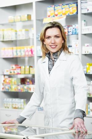 Pharmacy chemist woman in drugstore Imagens