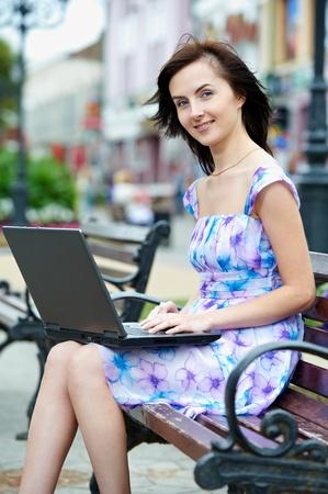 cafe internet: Mujer sonriente con el portátil