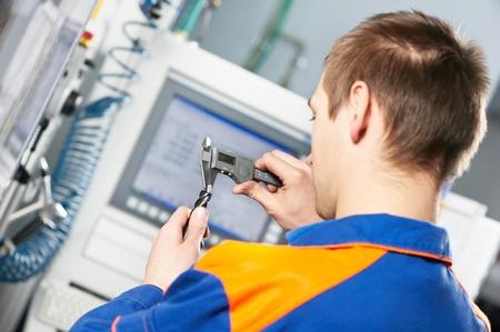 control de calidad: trabajador de la herramienta de medici�n detallada