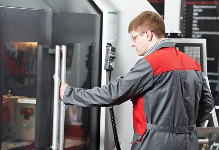 fettler: obrero que trabaja con la m�quina-herramienta