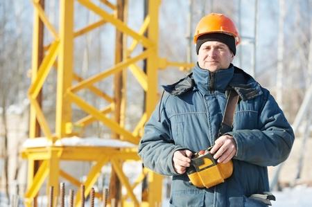 hard worker: Builder con controllo di gru a torre apparecchiature remote