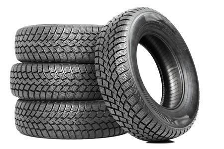 Pila de cuatro neumáticos de invierno de coches de ruedas aisladas