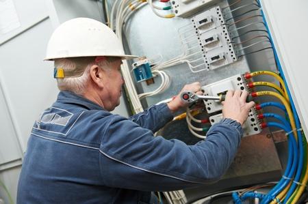 solucion de problemas: Electricista apretar los tornillos con la llave