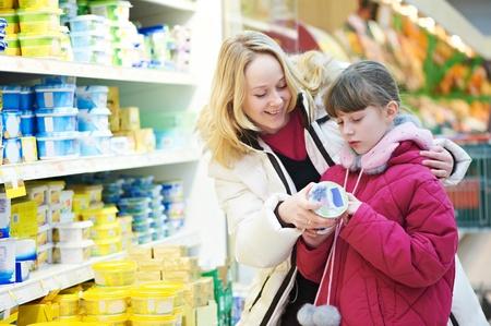 tiendas de comida: mujer y una ni�a haciendo de compras Foto de archivo