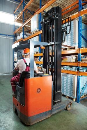 carretillas almacen: almac�n carretilla elevadora cargador en el trabajo Foto de archivo