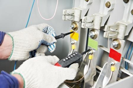 solucion de problemas: Close-up de las manos de tensi�n Electricista medida