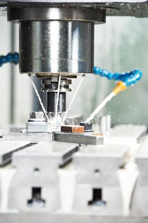 milling center: la fresatura sbozzato metallico con refrigerante