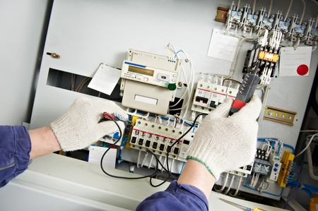 solucion de problemas: Close-up de las manos de tensión Electricista medida