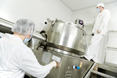 production plant: operaio farmaceutico Archivio Fotografico