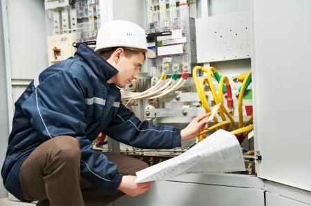 electricista: La comprobación de electricista de cableado de alimentación de línea Foto de archivo