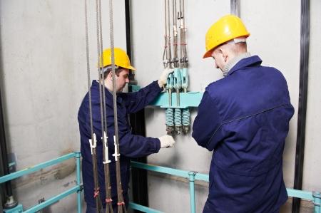 승강기: 엘리베이터 승강로에 리프트를 조정하는 기계 기술자