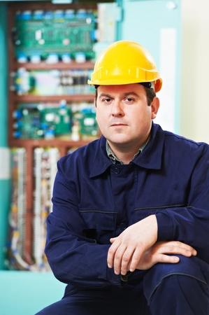 troubleshooting: Electricista retrato sobre el cuadro de distribución de energía