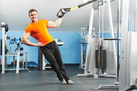 hombres haciendo ejercicio: hombre culturista haciendo ejercicios en el gimnasio