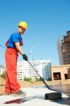 bouwer werknemer bij dakisolatie het werk