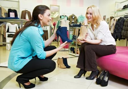 vendedor: el hombre y la asistente en las compras del zapato