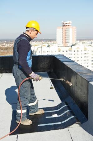 Plat dak betreffende werken met dakleer Stockfoto