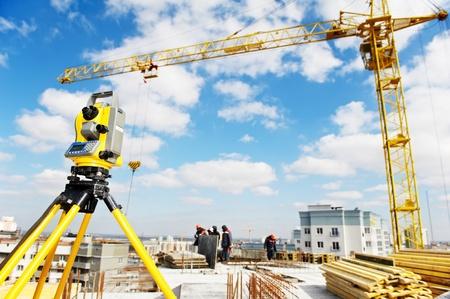 topografo: inspector de teodolitos equipos en el sitio de la construcci�n