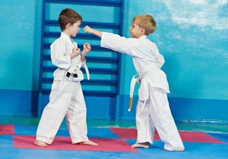 judo: dos muchachos hacen ejercicios de karate