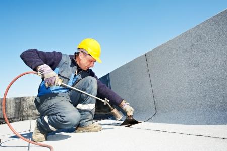 mantenimiento: Cubierta plana que cubre las obras con tela asf�ltica Foto de archivo