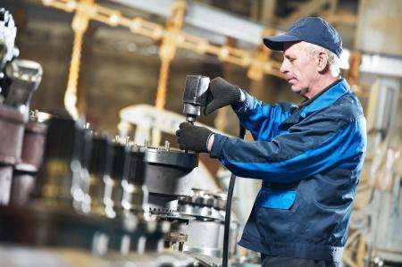 Expérimenté travailleur assembleur industriel Banque d'images - 13701381